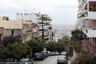 tsipras vive in un quartiere operaio di atene