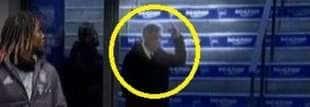 ancelotti mostra il dito medio ai tifosi