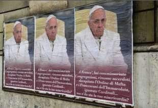 MANIFESTI CONTRO PAPA BERGOGLIO A ROMA