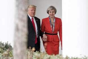 trump prende la mano a theresa may