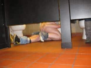 una minorenne fa sesso nei bagni di un locale, viene ripresa e il ...