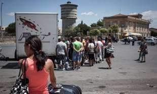 immigrati arrivano alla stazione dei bus di vittoria