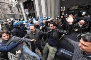 napoli proteste per la visita di salvini