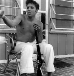 Elvis con fucile jpeg
