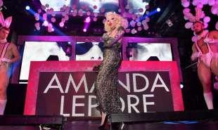 amanda lepore nel suo spettacolo sul palco di muccassassina con i pink magic gogos (1)