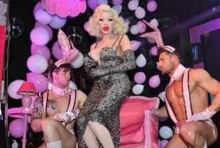 amanda lepore nel suo spettacolo sul palco di muccassassina con i pink magic gogos (10)