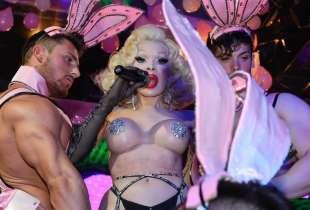 amanda lepore nel suo spettacolo sul palco di muccassassina con i pink magic gogos (14)