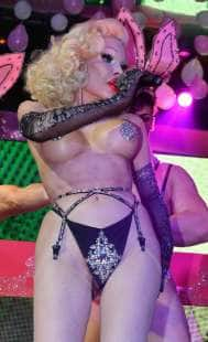 amanda lepore nel suo spettacolo sul palco di muccassassina con i pink magic gogos (16)