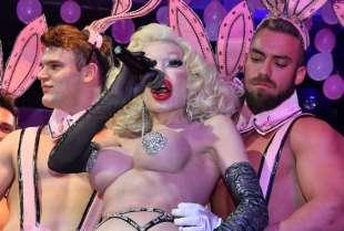 amanda lepore nel suo spettacolo sul palco di muccassassina con i pink magic gogos (18)