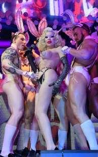 amanda lepore nel suo spettacolo sul palco di muccassassina con i pink magic gogos (19)