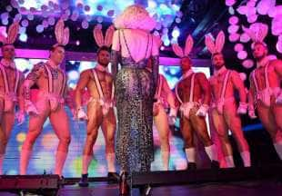 amanda lepore nel suo spettacolo sul palco di muccassassina con i pink magic gogos (2)