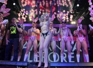amanda lepore nel suo spettacolo sul palco di muccassassina con i pink magic gogos (21)