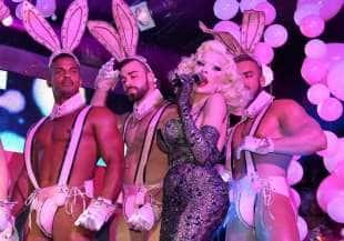 amanda lepore nel suo spettacolo sul palco di muccassassina con i pink magic gogos (3)