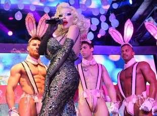 amanda lepore nel suo spettacolo sul palco di muccassassina con i pink magic gogos (6)