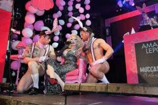 amanda lepore nel suo spettacolo sul palco di muccassassina con i pink magic gogos (8)