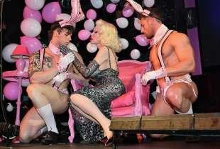 amanda lepore nel suo spettacolo sul palco di muccassassina con i pink magic gogos (9)