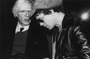 andy warhol parla con lou reed durante un evento allo studio 54. new york city, 1977