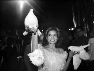 bianca jagger tiene in mano due colombe dentro allo studio 54. new york city, 1977