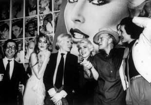 """l'editore bob colacello, la modella jerry hall, andy warhol, debbie harry, truman capote e paloma picasso al party per """"interview"""" allo studio 54"""