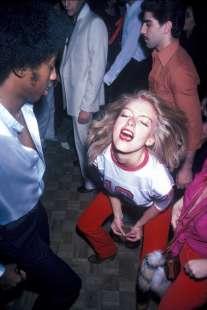 una ragazza balla allo studio 54