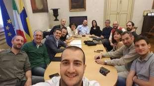 il selfie di pizzarotti con i suoi consiglieri e supporter a parma