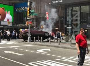 auto sulla folla a times square new york 1