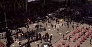 auto sulla folla a times square new york 2