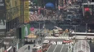 auto sulla folla a times square new york 3