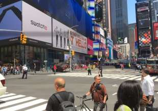 auto sulla folla a times square new york 5
