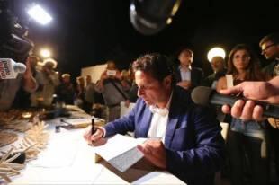 schettino firma autografi alla presentazione del suo libro