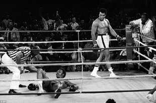 Ali si aggira sul ring dopo il ko di George Foreman