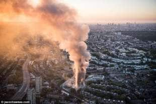 le fiamme di grenfell tower a londra