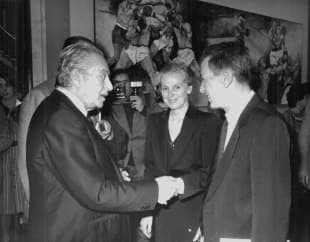 renato guttuso accoglie, alla sua mostra al coni, enrico berlinguer accompagnato dalla moglie letizia