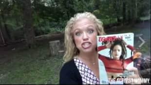 elizabeth johnston brucia una copia di teen vogue
