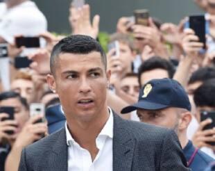 La Credenza Ronaldo : Prima serata mondana per cr7 che si attovaglia in un ristorante