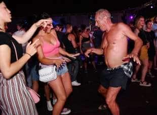 calci nelle balle gigolo gay roma