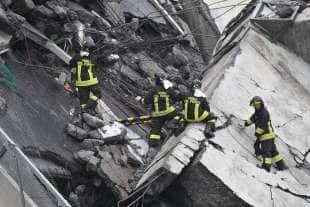 Vigili del fuoco al lavoro sulle macerie del ponte Morandi crollato a Genova