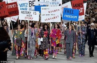 chanel sfilata con femministe