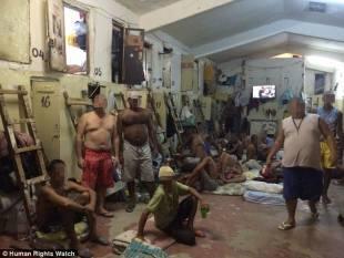 i prigionieri pagano una tassa agli aguzzini