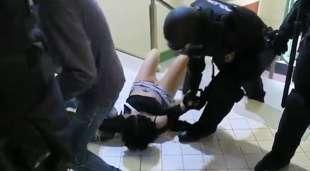 marta torrecillas trascinata dalla polizia