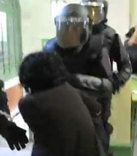 marta torrecillas trascinata dalla polizia copia 2