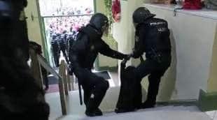 marta torrecillas trascinata dalla polizia copia
