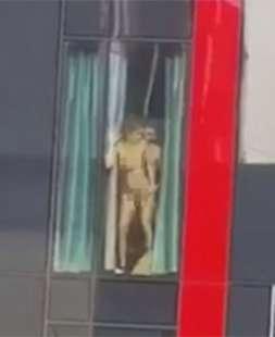 sesso alla finestra del motel