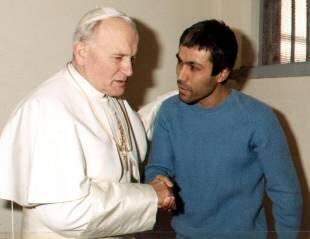 papa giovanni paolo ii con il suo attentatore mehmet ali agca