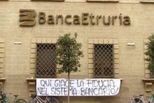 protesta dei risparmiatori davanti banca etruria 11