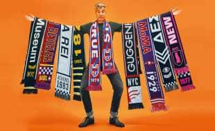 cattelan vende sciarpe