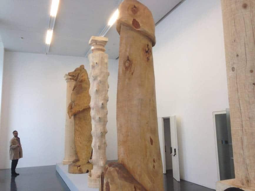 Dopo il dito vaffa di cattelan a milano spunta una colonna for Disegni di case contemporanee