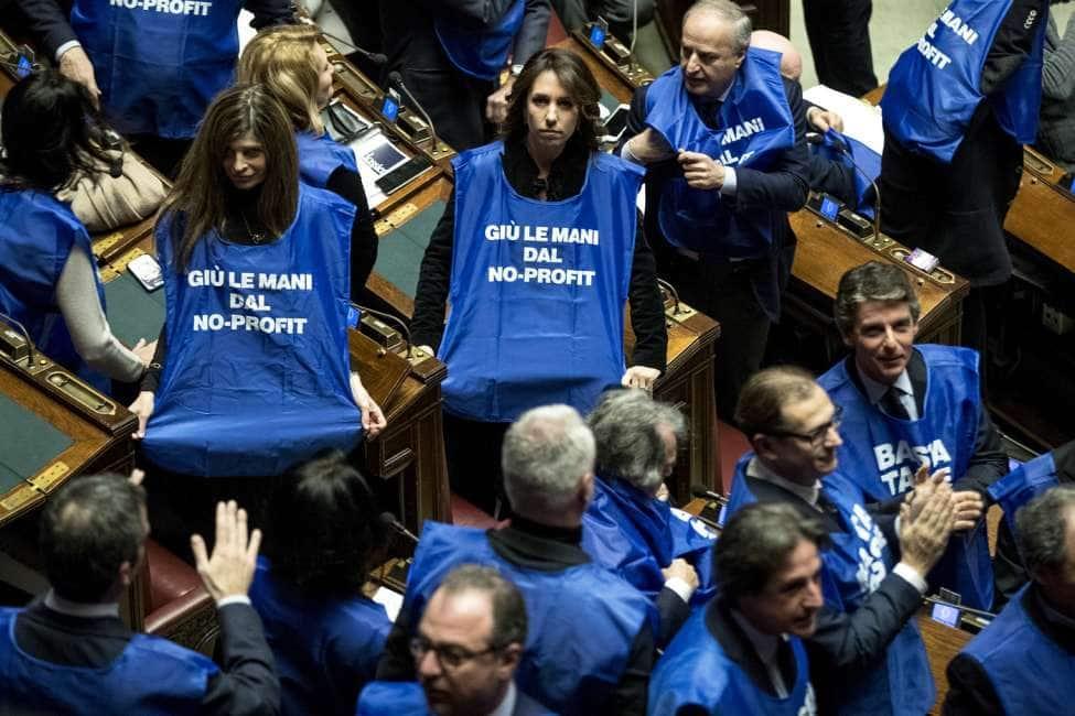 Berlusconi lancia i 39 gilet azzurri 39 i deputati di fi con le casacche in aula a gennaio nelle for Deputati forza italia
