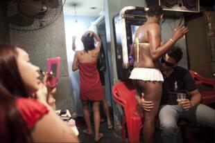 Grande bottino nero ragazza succhiare il pene