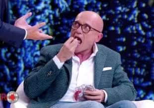 alfonso signorini mangia il prosciutto in trasmissione